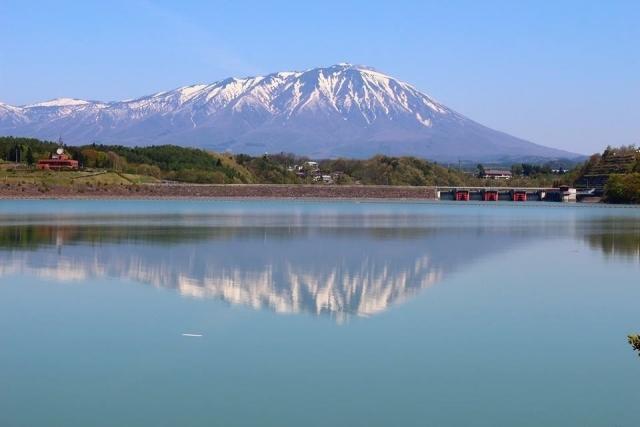 境内の奥にある3つの巨石が、岩手山が噴火した際に落ちてきたとされる三ツ石様であり、古来より信仰の対象となっていました。