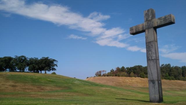 キリストの墓は白い柵に覆われ、巨大な十字架が建っている簡素な作り