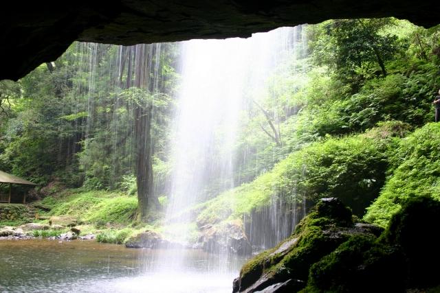 雄滝の裏には洞穴があり、「裏見の滝」を見る事ができる