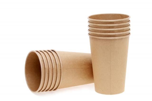 霊水を注いだ紙コップを備える
