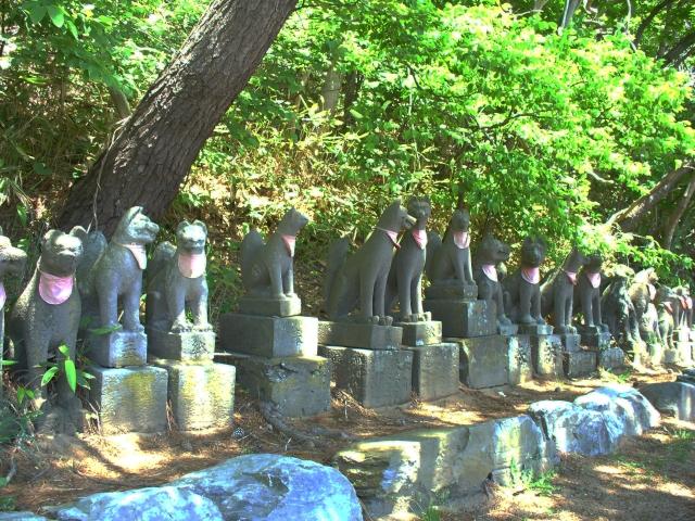 境内にはお稲荷さんの像や小さな祠がたくさん