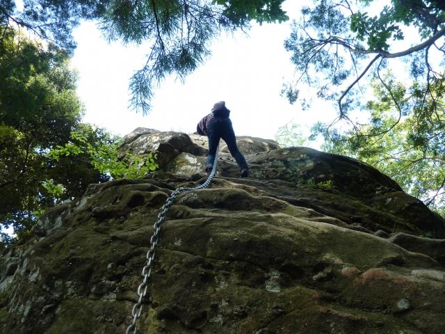 岩場の上に立つ本殿