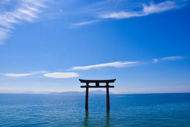 琵琶湖に浮かぶようにして立つ鳥居「湖中大鳥居」に注目!