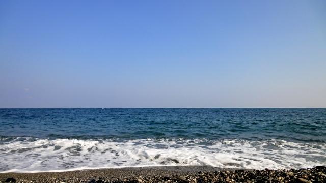 海の近くにあり、少し車を走らせれば紺碧の海が見える