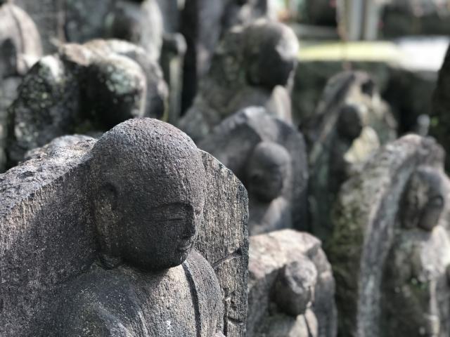 崖に千体の地蔵が並ぶように見える「千体地蔵」から「岩倉寺」へ