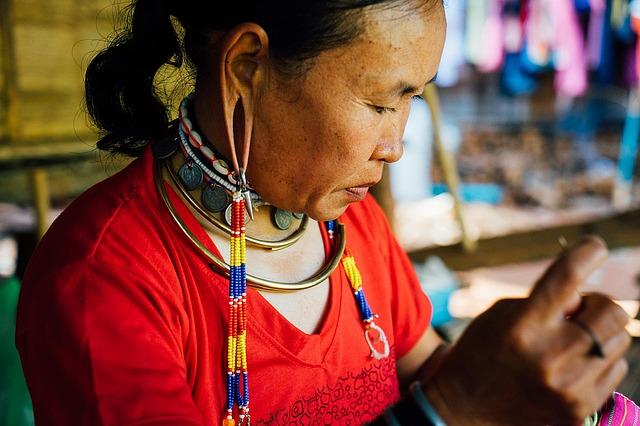 供養したメガネがタイの農村へ