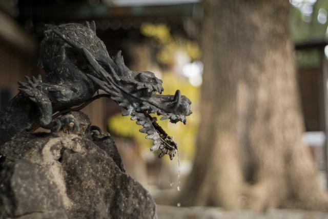 開運の龍の彫刻