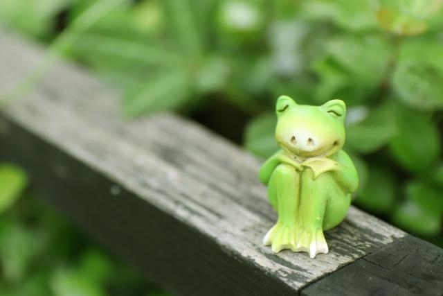 福蛙を撫でて幸運祈願